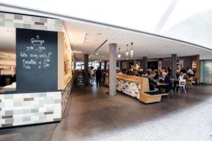 Café stehen für entspannte Runden mit Freunden, Kollegen und Familie an Orten wie Bars, Parks und Cafés wo ein bestimmter Lärmpegel herrscht. Die visuellen Einflüsse des öffentlichen Raumes und die Interaktion mit anderen Menschen ist für einige genau die richtige Basis für neue Ideen. In den neuen Lokalen am Erste Campus in Wien können nicht nur Mitarbeiter ihre Pausen genießen und sich austauschen, sondern auch externe Besucher sind willkommen. Genau das richtige für das entsprechend entspannte Setting für innovative Ideen.